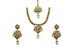 La Trendz Flower Shape White Pearl Women Necklace Set(cprs9w)