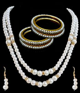 Classy Shell Pearl Set With 4 Pearl Bangles