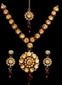 Sizzling Ethnic Kundan Set With Mang Teeka
