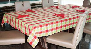Buy Lushomes Yarn Dyed Red And Green Checks 6 Seater Table Cloth & Napkins Set online