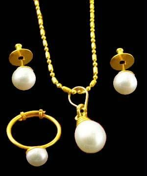 Buy 18 CRT Gold Plating Delicate Pearls Pendant Set online